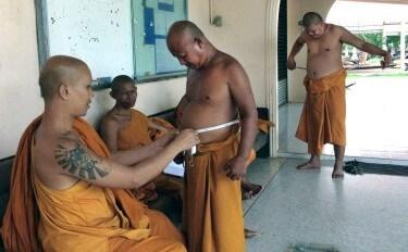 メタボ防止のため、メジャーで胴回りを測る僧侶たち=タイ東北部(ジョンジィット教授提供)