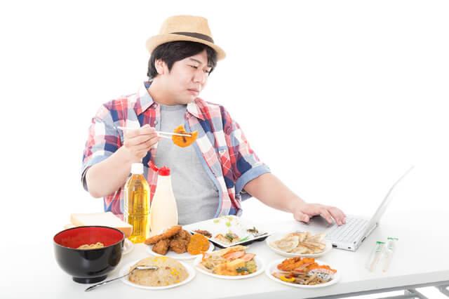 コロッケを食べながらコロッケの画像をネットで検索する休日のパパ