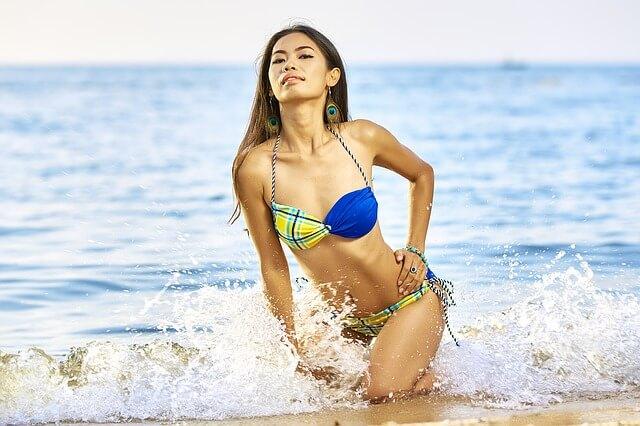水際でドヤ顔の水着女性