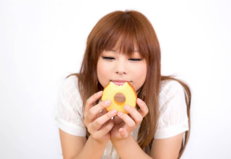 バームクーヘンを食べて幸せそうな顔の女の子