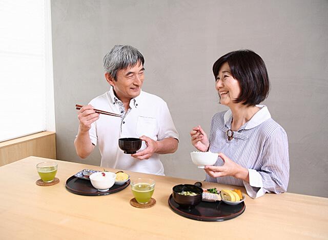 食事をたのしむ老夫婦