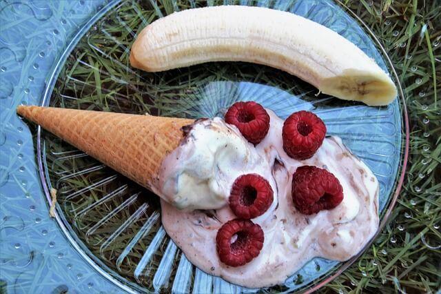 皿の上で溶けたアイスクリームとバナナ